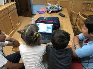 Niños haciendo actividades