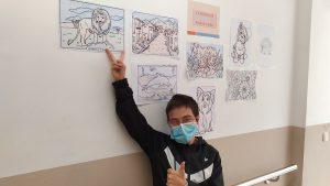 Chicos enseñando dibujos