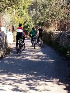 Chicos en bici