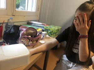 Chicas pintandose la uñas
