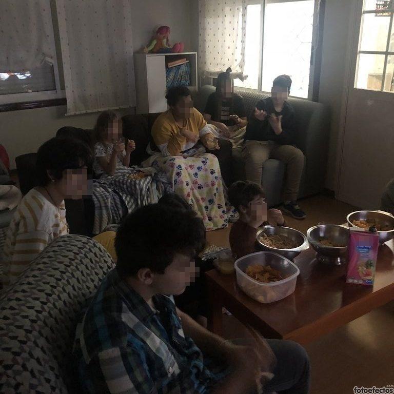 Chicos viendo una película