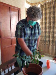 Xisco cuidando plantas