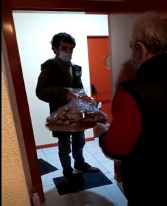 Persona usuaria abriendo la puerta