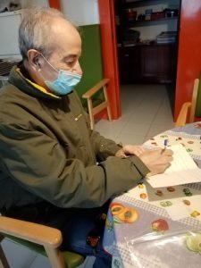 Persona usuaria escribiendo una carta