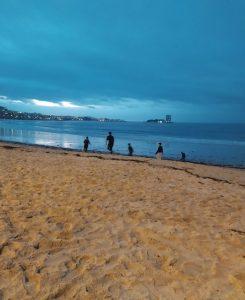 Chicos jugando en la playa