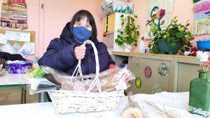Usuario con cesta de flores